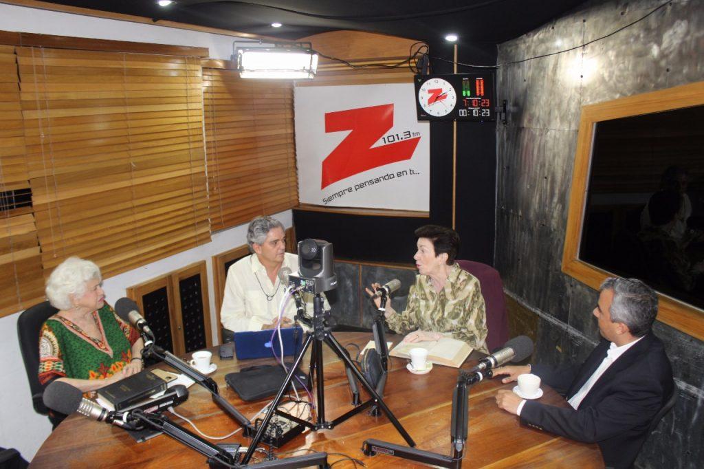 Sonia Guzmán de Hernández y sui hijo Iván Hernández Guzmán con Milagros Ortiz Bosch, Julio Cordero
